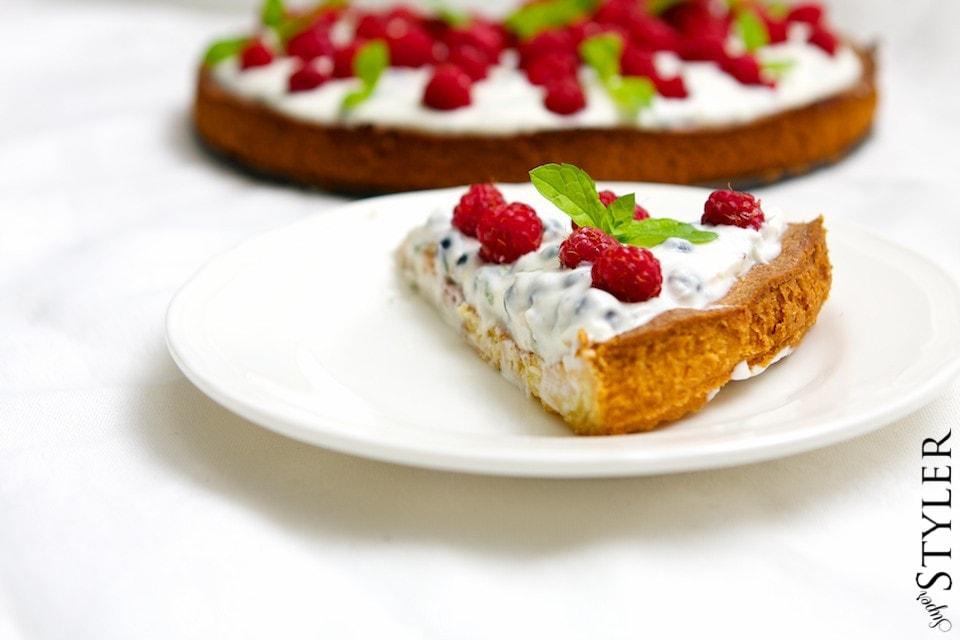Kruche ciasto z kremem, owocami leśnymi i miętą