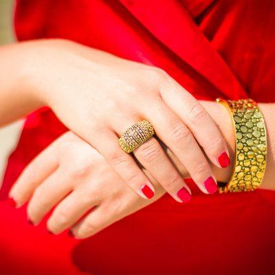 czerwona sukienka,Tutuum,biżuteria,złota biżuteria,szpilki MaxMara,sukienka na Wigilię,biżuteria Coyoco,Coyoco,sukienka z dekoltem,satynowa sukienka,satyna,dopasowana sukienka,sukienka na imprezę,elegancka sukienka